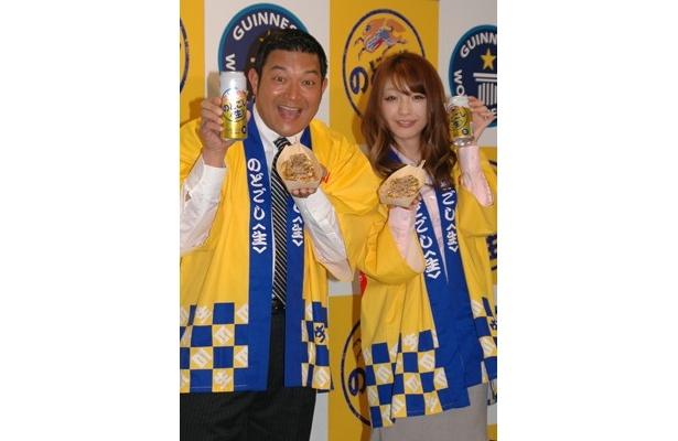 キリン「のどごし<生>」のイベントに登場した山口智充さんと木下優樹菜さん。5月に幕張メッセで開催される「たこ焼き大パーティー」に向けて意気込みを語った