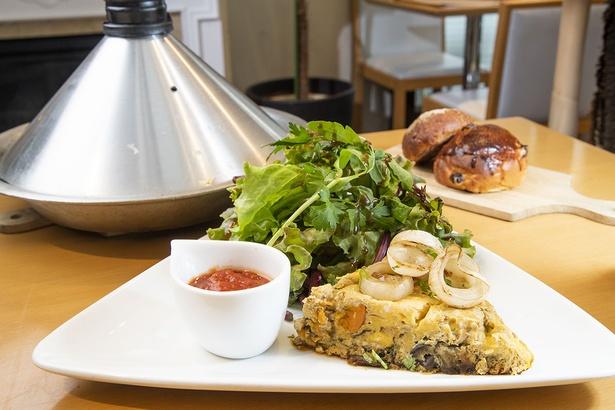 チャーミングセール限定のベルベルオムレツ。モロッコなどで生活するベルベル人がタジン鍋で作り、旬の野菜がたっぷり。本日のお茶、自家製パン、デザートも付いて1900円(税別)。
