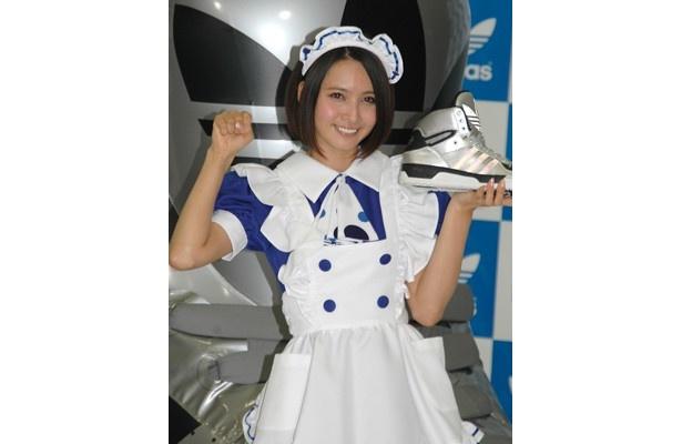 女優の加藤夏希さんがadidasのイベントに登場。アディダスカラーの青いメイド服で、秋葉原のメイドさんたちと写真撮影会を行った