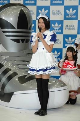 アディダスカラーの青いメイド服がお似合いの加藤さん