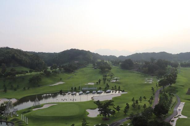部屋からの眺望も抜群。豊かな自然に囲まれたゴルフコースを眺められる