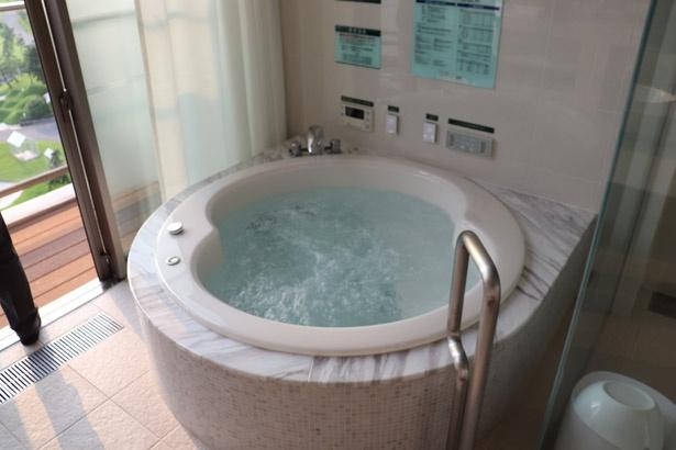 室内には温泉が楽しめるジャグジーも完備