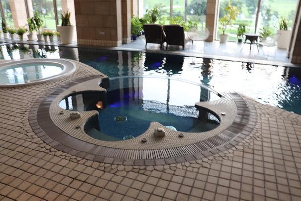 天然温泉のプールやジャグジーは、一年中楽しむことができる