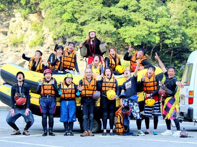 初心者から上級者まで幅広い層が楽しめる「素猿」のツアー。吉野川で体験するラフティングは一味も二味も違います!
