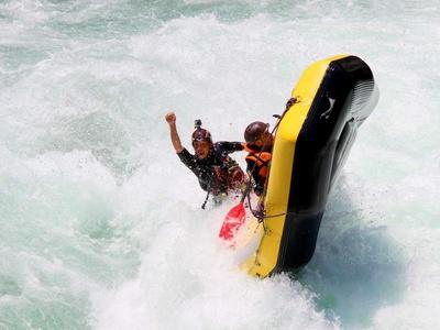 もはや転倒寸前に見えますが「大滝サーフィン」ではこれがあたりまえ。この状態でもしっかりコントロールしているケンさんに驚かされます