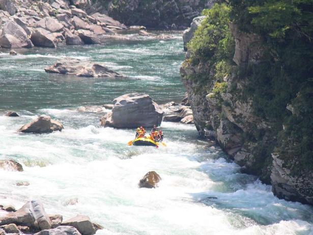 次々現れる激流ポイントに大興奮必至!吉野川のラフティングでは国内最大級のスリルが味わえます