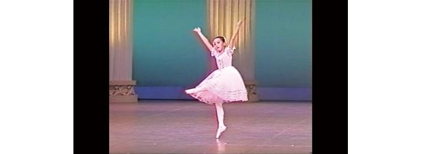 【写真】幼少時代のバレエの発表会の模様や、振り袖姿などの写真はこちらから!