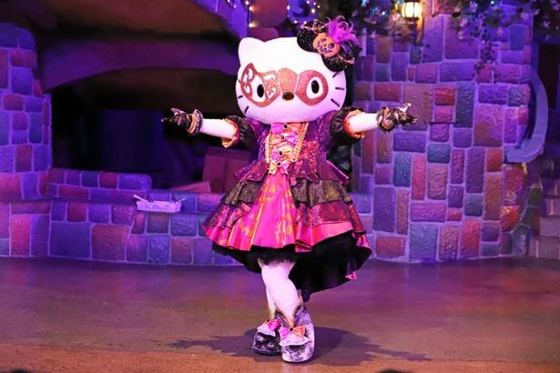 「ハロウィンパーティ~バルマスケ アンソルスラン~」で優雅なダンスを披露するハローキティ