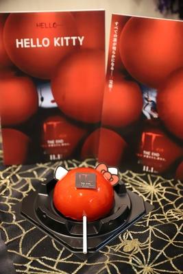 """ホラー映画『IT/イット THE END """"それ""""が見えたら、終わり。』(11月1日公開)とコラボした「KITTYの赤い風船ムースケーキ」(650円)"""