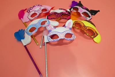 プラスチック製の「カワイイマスカレードマスク」(各800円)