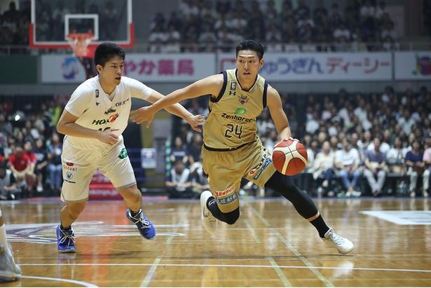 【写真を見る】琉球ゴールデンキングスは、bjリーグで全チーム最多計4回の優勝を誇る