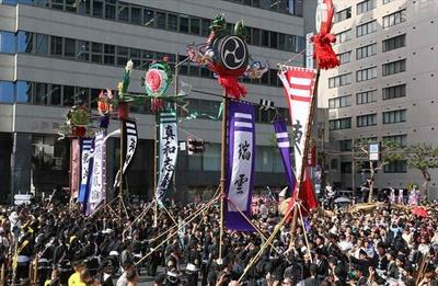 勇壮な旗頭行列が国際通りを練り歩く「うふんなすねーい」