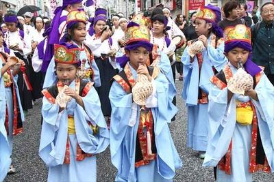 地元の小学生も様々な衣装でパレードに参加