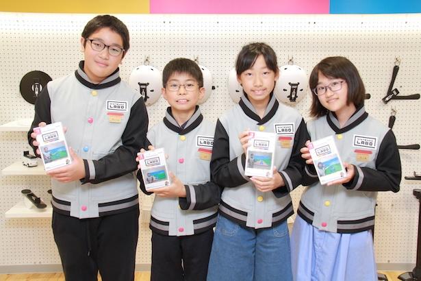 写真入りオリジナルゲームカードケースを手に笑顔の子供たち/キッザニア甲子園