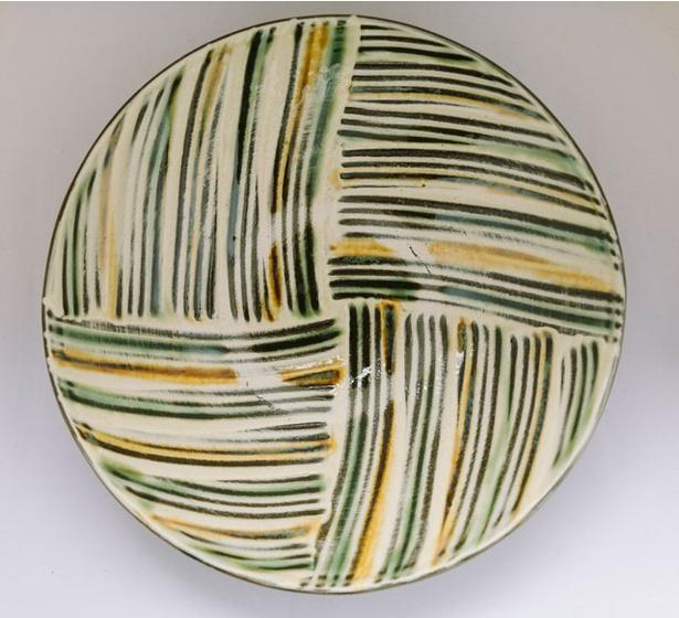 坂本工窯 / 「平皿」(2700円~)。小鹿田焼ならではの櫛目を施す