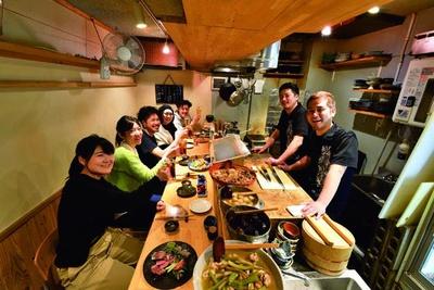 小料理屋風のきれいな店内で新鮮魚介を低価格で味わえるため、圧倒的な人気を誇る/酒菜や いしもん 本店