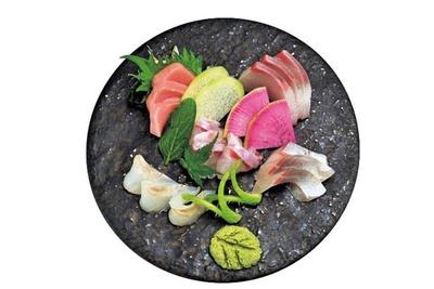当日のおすすめの天然魚を味わって。お造りおまかせ5種(1458円)/酒菜や いしもん 本店