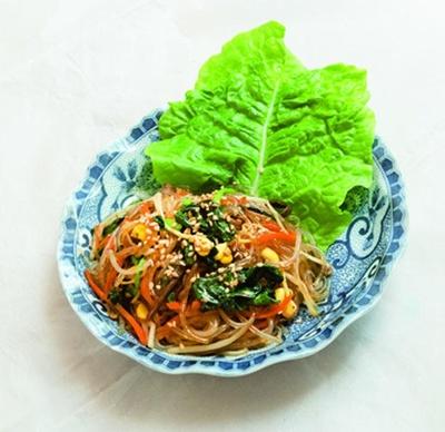 チャプチェ(410円)。牛肉や野菜の旨味をたっぷり吸った春雨をつるりと/いざ韓や すたいる