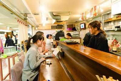 【写真を見る】駅前ビルのなかでも店内は広め。ゲストの9割は女性でお一人様も多いそう/いざ韓や すたいる