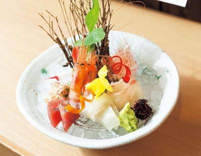 お造り5種盛り合わせ(1350円)。その日一番新鮮な魚介を市場から取り寄せて豪華に提供する/竹内酒造
