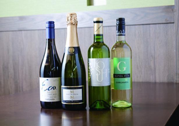 日本産の白ワインや天ツユと相性のいい赤ワインも。グラスは530円均一/天ぷらスタンド 大塩