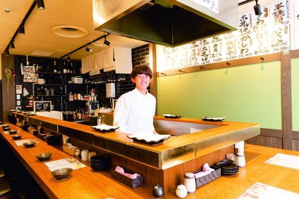店内には厨房を囲むようにコの字型のカウンターとテーブルが2つ/天ぷらスタンド 大塩