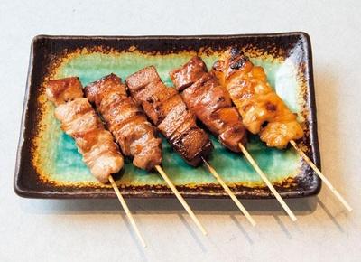 ホルモン串焼き盛り合わせ(5本734円)。レバーや直腸など全8種のなかから、その日のおすすめを盛り合わせに/山ぶた 梅田店