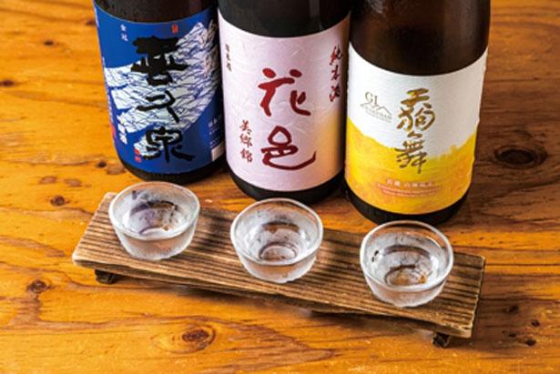 【写真を見る】日本酒(90cc)3種の飲み比べセットは(1069円)。干物&小鉢付きは(1717円)/ひもの野郎 梅田第4ビル本店