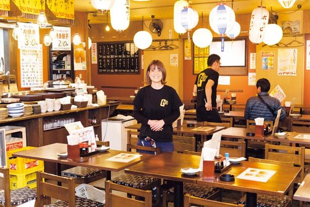 席間の近さや店内のにぎやかさも下町酒場の醍醐味。活気あふれるスタッフの声も雰囲気を盛り上げる/皆様酒場 大衆昭和ゴールデン