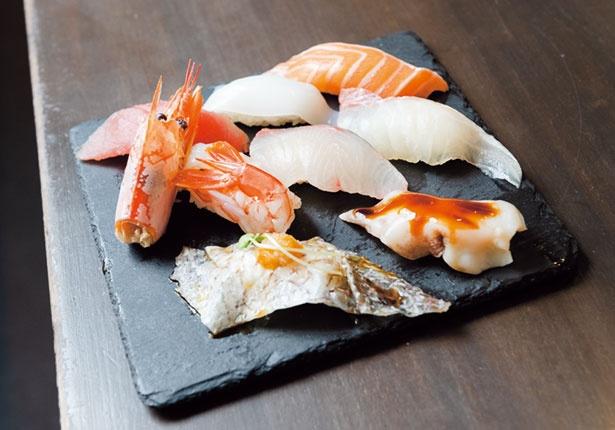人気のおまかせ寿司盛り合わせ(8貫盛り950円)。内容は日替りで、醤油はもちろん卓上に並ぶ4種の塩で食べ比べもグッド/一貫寿司と天ぷら すしいち