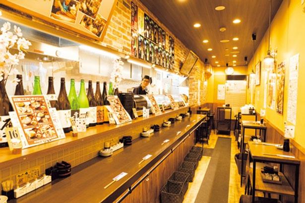 店内カウンターの冷蔵ショーケースにはツヤツヤの魚介がずらっと並ぶ。ここから選んで注文もOK/一貫寿司と天ぷら すしいち