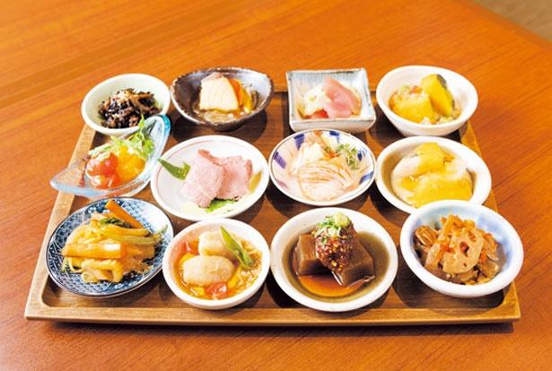 刺身小鉢(302円)、おばんざい(194円~)。少しの量でたくさんの種類を食べたい欲張りさんにはうれしい小鉢メニュー/ニッポンバル 桜の間