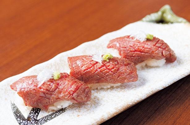 松阪牛特撰霜降り炙り寿司(1貫626円)。松阪牛の厚切り特選ロースに醤油を塗って炙る。脂がのって柔らかい/ニッポンバル 桜の間