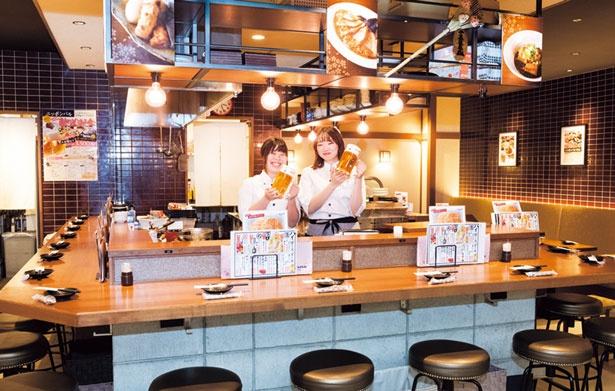 和モダンな店内はタイル張りの壁や、中央のキッチンを囲むように配置されたハイカウンターがおしゃれ/ニッポンバル 桜の間