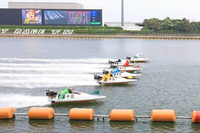 ボートが轟音とともに水上を駆け抜ける。「どの色のボートが勝つかな?」