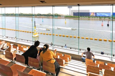レースをじっくり観戦したいなら、広くて快適な2階一般席へ