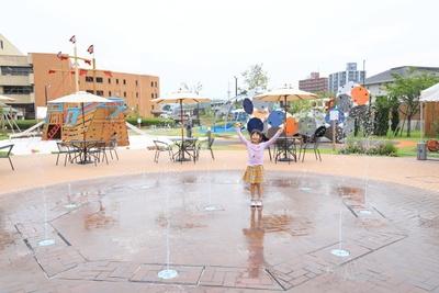 「モーヴィ下関」の中央に位置する噴水広場。場内は「アクティブゾーン」「ベビー・トドラーゾーン」「チャレンジゾーン」に分かれている