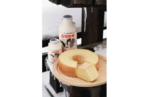 ニセコ「高橋牧場」ニセコミルクーヘン¥1365、飲むヨーグルト(小)¥201(奥左) 生クリームなど新鮮素材にこだわったミルクーヘン。牛乳で作った飲むヨーグルトは、ほどよい甘さと酸味が絶妙