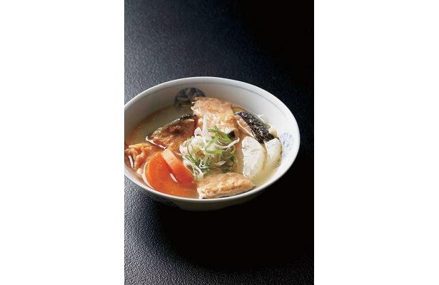 小樽「日本橋」三平汁¥351 旬のサケと大根、ニンジンなどの根菜類を昆布ダシで煮た郷土料理。サケのうま味がたっぷり