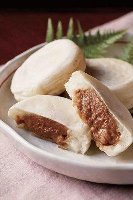 札幌「サザエ食品」塩キャラメル雪おやき ¥131(1個) もっちり生地で塩キャラメルを包んで焼き上げたおやき。温めて食べる冬にぴったりのスイーツ