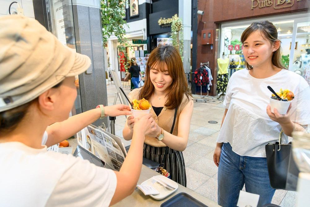 週末や祝日は買物で商店街を訪れた若い女性の来客も多い