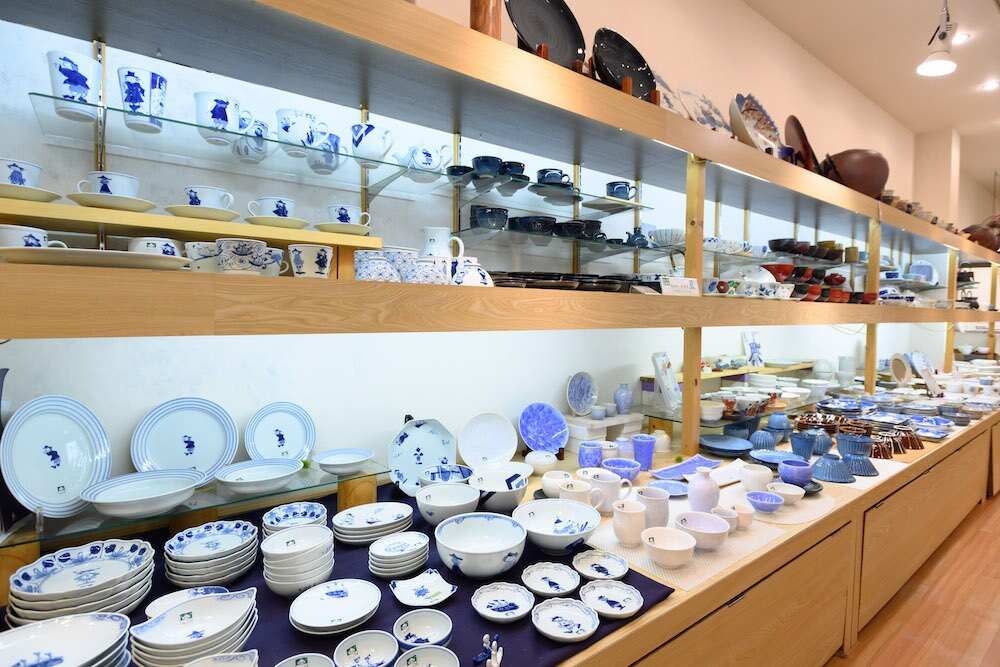 店内にはさまざまな和食器が用意されている