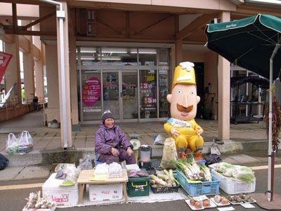 店番をするレルヒさん(新井商店街)