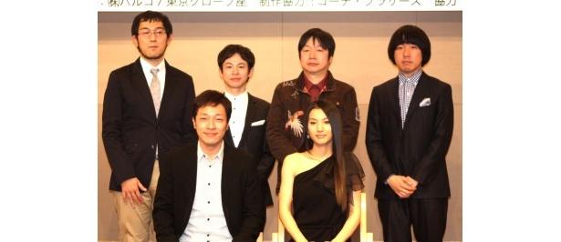 舞台「芝浦ブラウザー」の製作発表記者会見に登場した出演者たちと演出家の上田誠(左上)