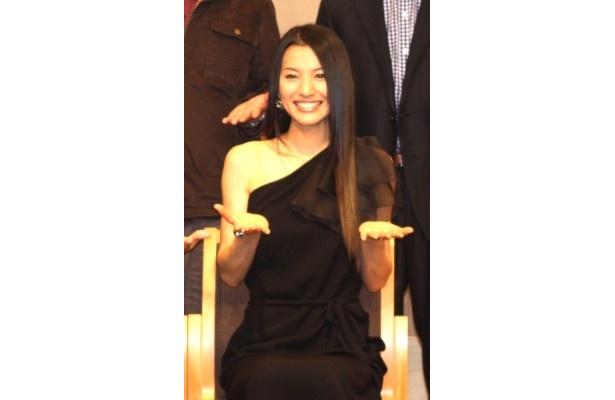 【写真】セクシーな黒いドレスで登場した芦名星