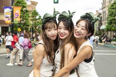 スタイル抜群の美女3人、ななせさん(左)、ゆずさん(中央)、ななさん(右)