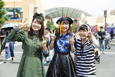 ハロウィーン感が漂う3人組、 ちーずさん(左)、Cちゃん(中央)、ROROさん(右)