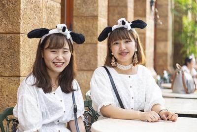 おソロトップスもキュート。ユウナさん(左)、あやかさん(右)