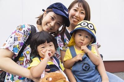 W親子のミニオンコーデ、ゆうかさん(左奥)、ひかりちゃん(左前)、みきさん(右奥)、あさひくん(右前)