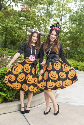 ハロウィーンスカートで上品に。Masumiさん(左)、Kanaさん(右)